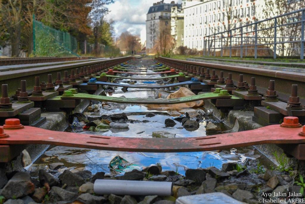 rails colorés par les artistes de rue