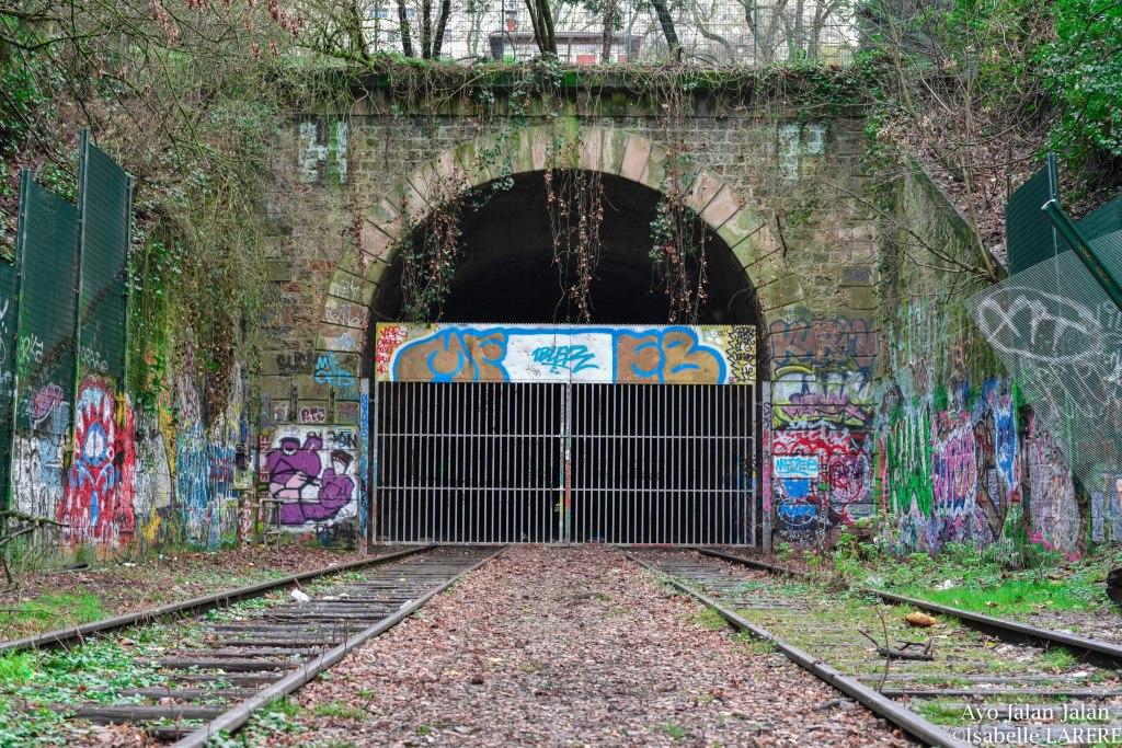 entrée de tunnel condamnée dans le parc des buttes chaumont